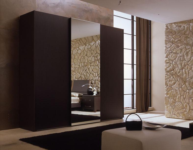 Шкаф купе с коричневым зеркалом.