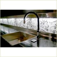 Декорирование кухни стеклянными панелями с рисунком